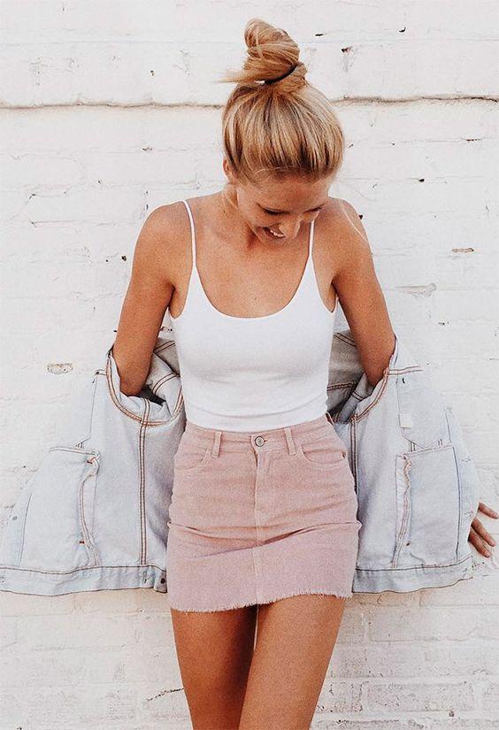 Street style look com body branco e saia rosa.: