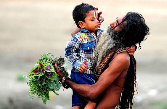 Le 16 juin, un père et son fils sur les rives du fleuve Sangam à Allahabad pour la fête des pères.