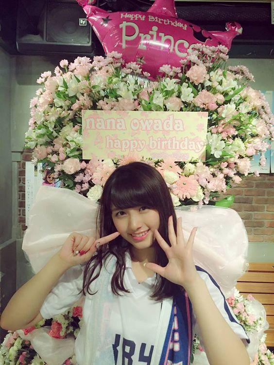 お花の前にいる大和田南那