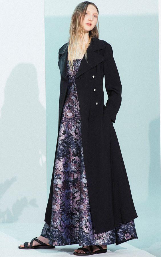 Vestido longo estampado, sobretudo preto.
