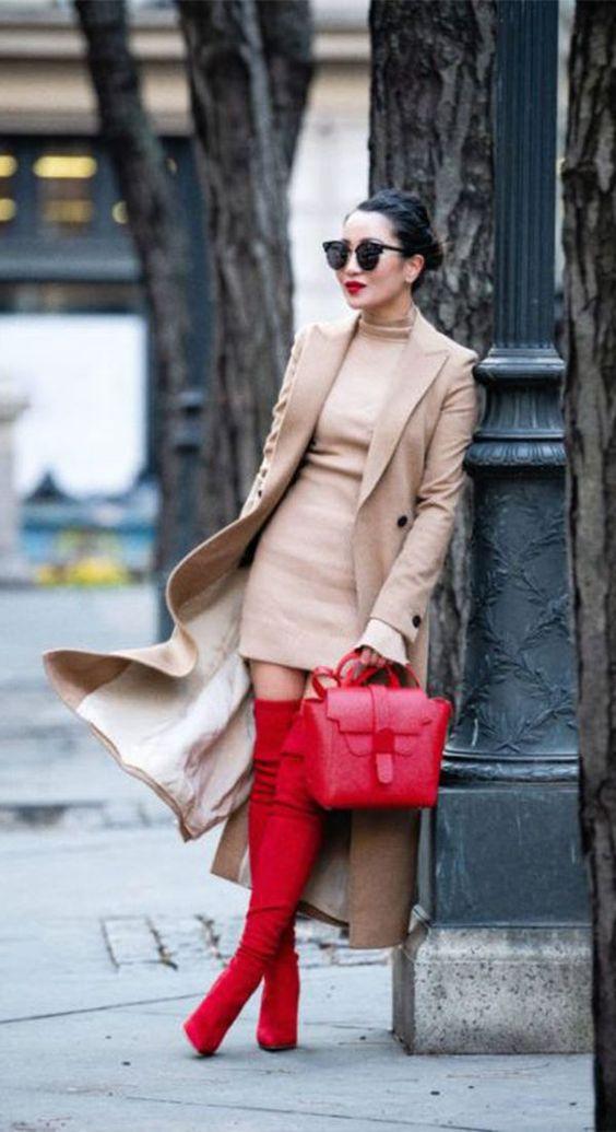Outfit beige con botas y bolsa roja