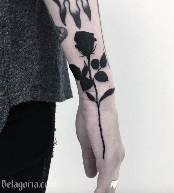 27 Tatuajes De Rosas Negras Y Su Fascinante Simbolismo Tatuaje Rosa Negra Tatuajes De Tinta Negra Tatuajes De Rosas