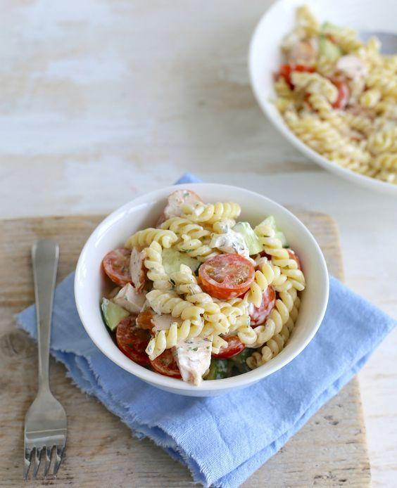 Ben je gek op pasta en op kip? Dan moet je deze heerlijke pastasalade echt snel een keer maken. Ook lekker als lunch! Pastasalade met kip Voor 2 personen Dit heb je nodig 150 gr pasta 1 gerookte kipfilet halve…