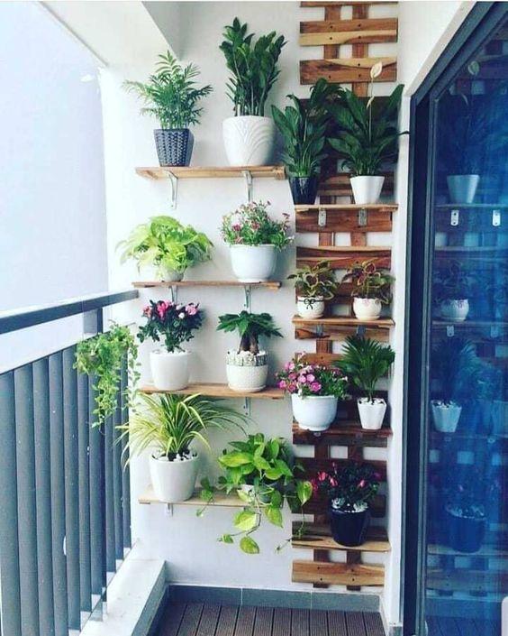 Idéias de jardim suspenso para varandas e sacadas de apartamento. Gostou? Curte e comenta ! . Siga👥 @curso_lembrancinhasplantas 🌵💕 ▪️ ▪️ ➡️…