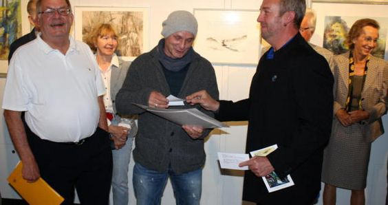 Andreas Mattern (Mitte) freute sich über den Josef Müller-Pauly-Gedächtnispreis, den er aus den Händen von Dieter Boger (links) und Holger Redling verliehen bekam.