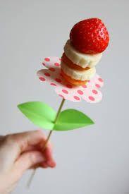 gezonde traktaties - fruit op een prikkertje als bloem