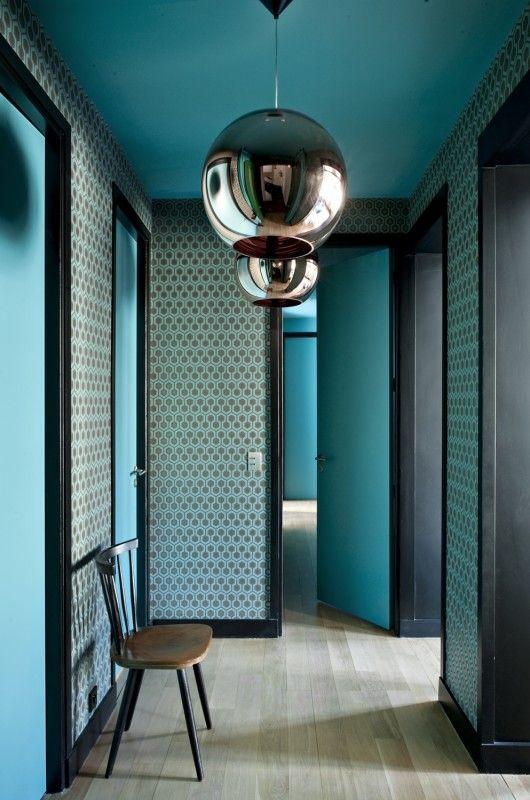 Un couloir qui joue la couleur et les motifs des murs au plafond et les formes géométriques, et les matières (peinture matte et suspensions chromées).