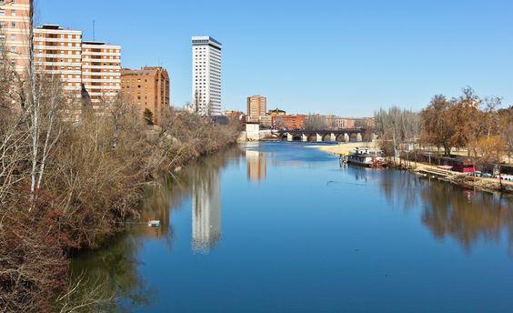 El río Pisuerga a su paso por Valladolid.