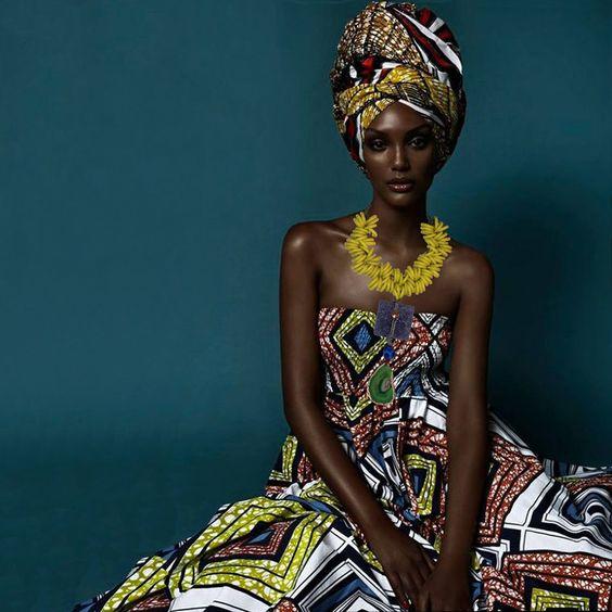 メラニズム黄色の首飾りの女性