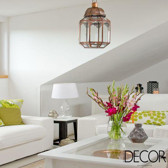 O décor em branco destaca os adornos em cores vivas e o pendente clássico