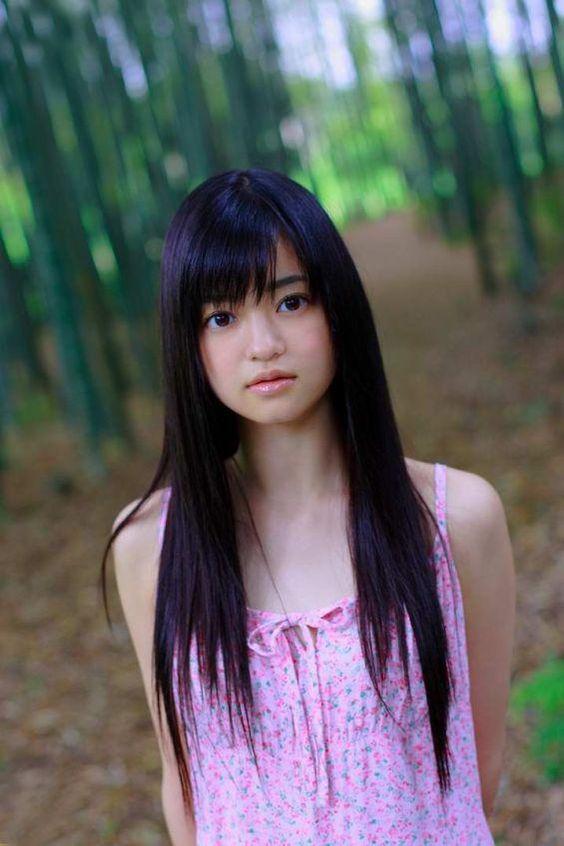 ピンクのワンピースを着て竹林の中に立っている小林涼子の画像