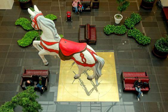Freitag, 06.02., 12:45 Uhr – Mitte, Leipziger Straße: Ein fliegendes Pferd in LP12, Mall of Berlin. © Jörg Fockenberg