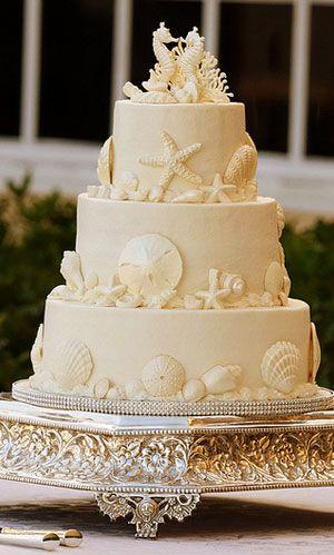 I'm not usually crazy about wedding cakes with a beach theme, but this is pretty...not overdone with the seashells, etc. for my taste.  ᘡղᘠ