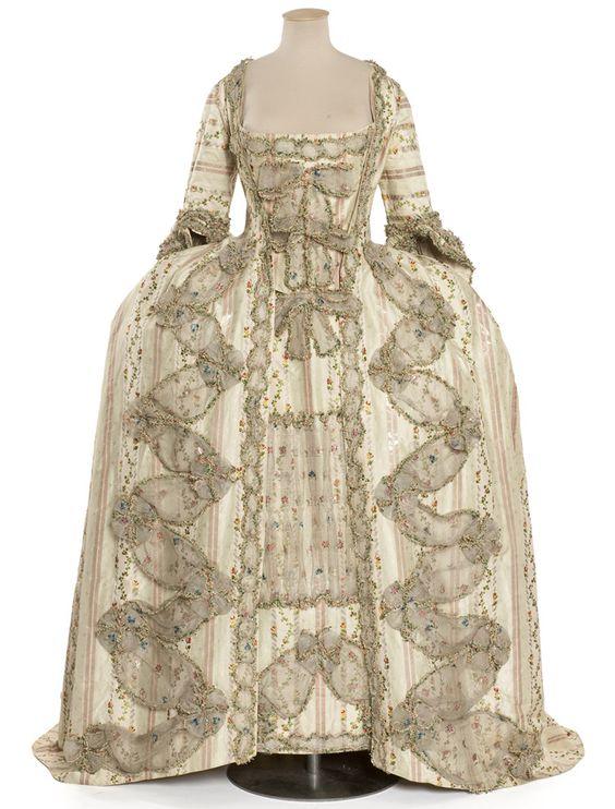 Robe à la française, manteau de robe, jupe et pièce d'estomac France, vers 1775  Pékin rayé, lancé, broché soie et lame argent; gaze façonnée et imprimée, mignardises