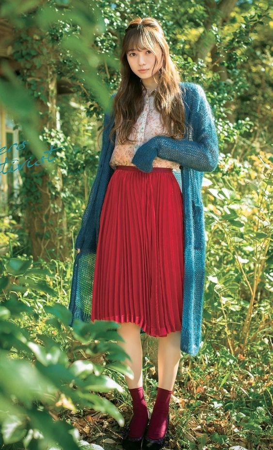 青いロングカーディガンに赤いフレアスカートの梅澤美波の画像