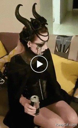 Mulher vestida de diabo