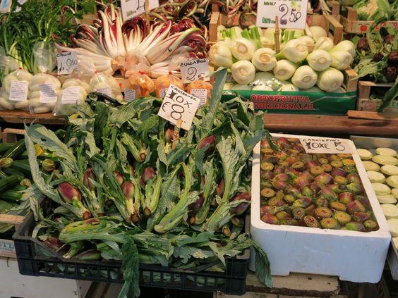Venedig 2014 Rialtomarkt Artischocken und Castraure (besonders kleine zarte und wohlschmeckende Artischocken, die ersten die an den Pflanzen geernet werden)
