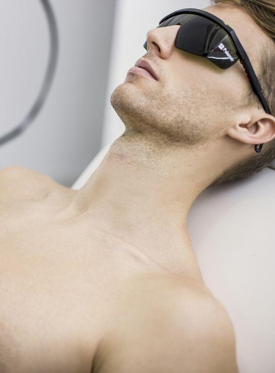 chico con gafas preparado para recibir tratamiento láser en la barba