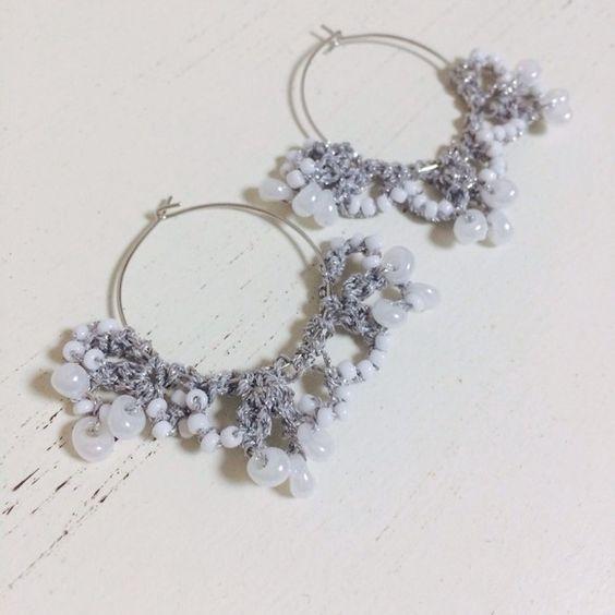 結婚式で空を舞う、フラワーシャワーの花びらをイメージしたシリーズです。レース糸にきらきらビーズを通して編み込み、ピアスを作りました。寒い冬、真っ白な雪に咲く可...|ハンドメイド、手作り、手仕事品の通販・販売・購入ならCreema。