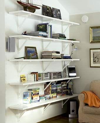 Inredning hyllor hall : Väggfast hylla av trärena konsoler från IKEA. Bygg din egen ...