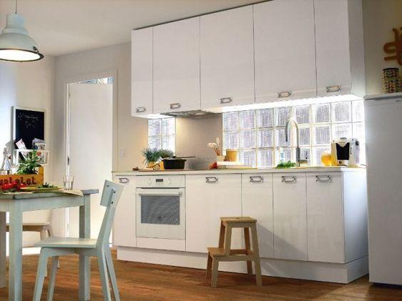La crédence, entre les meubles hauts et bas, est un espace parfait pour exprimer sa créativité dans une cuisine.  Alors pourquoi pas des carreaux de verre comme crédence ?  Le petit plus : En plus d'apporter de la lumière, la crédence en verre est très pratique car très facile à nettoyer ! :):
