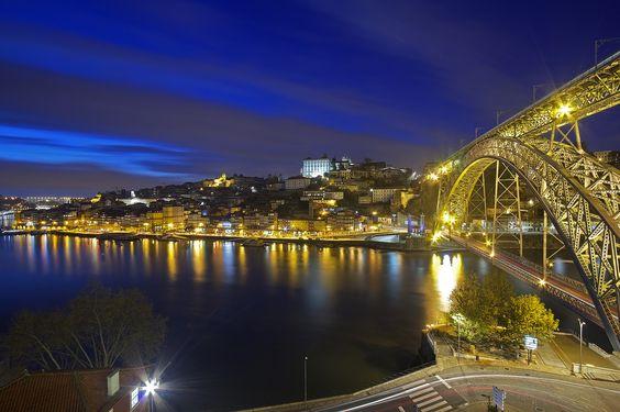 https://flic.kr/p/K7VdAC | Il ponte di ferro / Iron bridge (Dom Luís I Bridge, Porto, Portugal) | Portogallo, Porto, Primavera 2016  Il ponte Dom Luis I è un ponte ad arco in metallo a due piani che attraversa il fiume Douro tra le città di Porto e Vila Nova de Gaia in Portogallo. Al momento della costruzione il suo arco di 172 m era il più lungo del suo genere nel mondo. La costruzione fu iniziata nel 1881 e il ponte inaugurato il 31 ottobre 1886 (il ponte inferiore fu invece aperto nel…