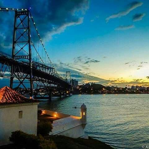 Um belíssimo pôr-do-sol sobre a querida Ponte Hercilio Luz em Florianópolis. Imagem: André Philipe de Souza