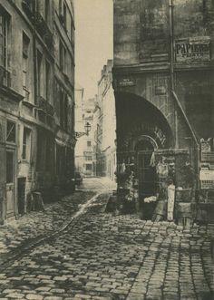Voici le Paris disparu et les petites rues moyennageuses à côté de Notre-Dame. On regarde la rue des Marmousets depuis la rue Saint-Landry vers la rue de la Lanterne. La petite rue des Marmousets correspond plus ou moins avec la rue Chanoinesse d'aujourd'hui... (photo par Charles Marville, 1865).
