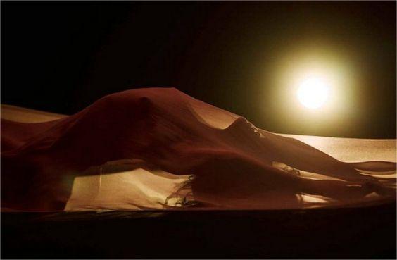 Sarà solo un sottile velo trasparente a coprire Rihanna nel videoclip di ''Kiss It Better'', il suo nuovo singolo. Nel suo caso,