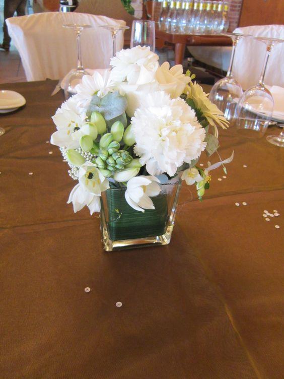 Centro con claveles blancos