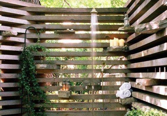 Douche serredouche extérieure avec un brise-vue en bois et lierre grimpant