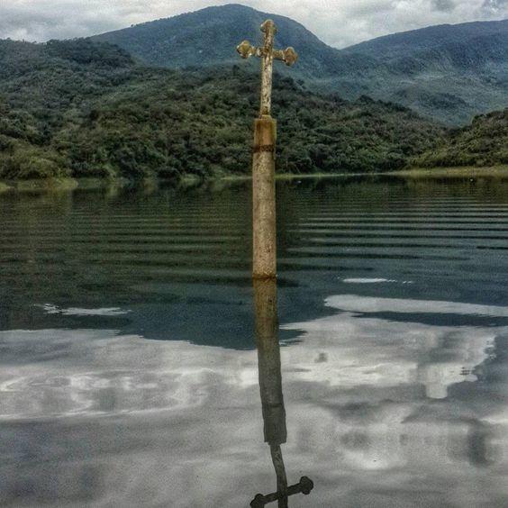 """""""Vía @kathe_uribe20 ・・・ Cruz de la iglesia de Potosí, pueblo que permanece sumergido bajo las agua de la represa Uribante Caparo. Una de las tantas…"""""""