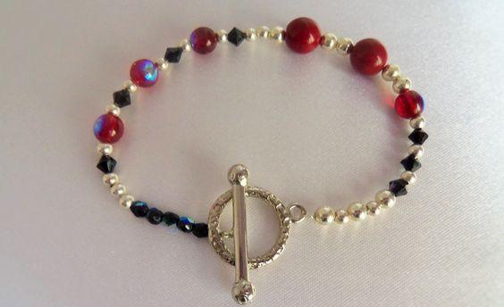Bracelet perles rouges et argentées, touies noires mat et fermoir en T : Bracelet par mademoiselle-topaze-bijoux