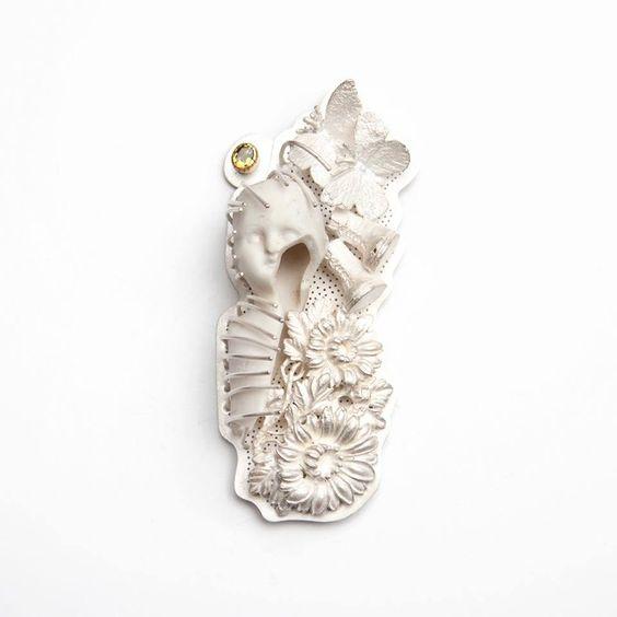 Barbara Paganin - Memoria Aperta n° 7 - spilla in argento, frammento di bambola di porcellana del 1890 zaffiro giallo, oro  - 2011-2013