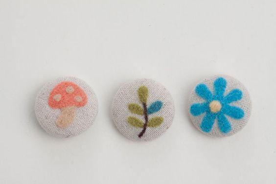 くるみボタンに、羊毛フェルトでかわいいモチーフを。/羊毛フェルトのマスコット&雑貨(「はんど&はあと」2013年5月号)