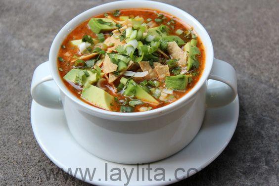Deliciosa receta de sopa de tortilla preparada con caldo de pollo, cilantro, cebolla, ajo, jalapeños o ajíes, tomates, especias, jugo de limón, pavo o pollo, y servida con queso, chips de tortillas y aguacates.