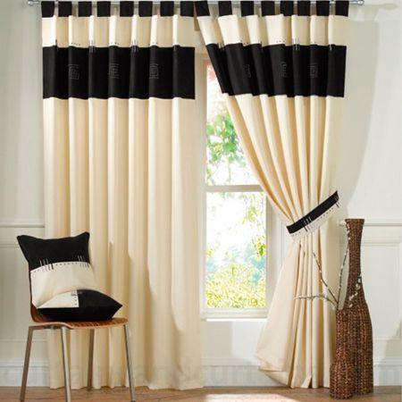 Es una cortina plisada color crema con rayas negras para el ...