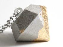 Diamant-Anhänger aus Beton mit Gold-Spitze
