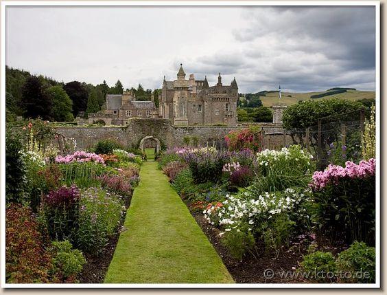 Abbotsford, el hogar de Sir Walter Scott (novelista y poeta), Melrose, Escocia; situado a orillas del río Tweed.