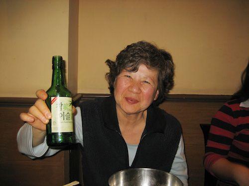 Hãy nhớ tôn trọng người già khi rót rượu