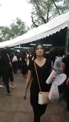 บรรยากาศโดยรอบท้องสนามหลวง ยังคงมีพสกนิกรชาวไทย หลั่งไหลมาทำความดีถวายพ่อหลวง