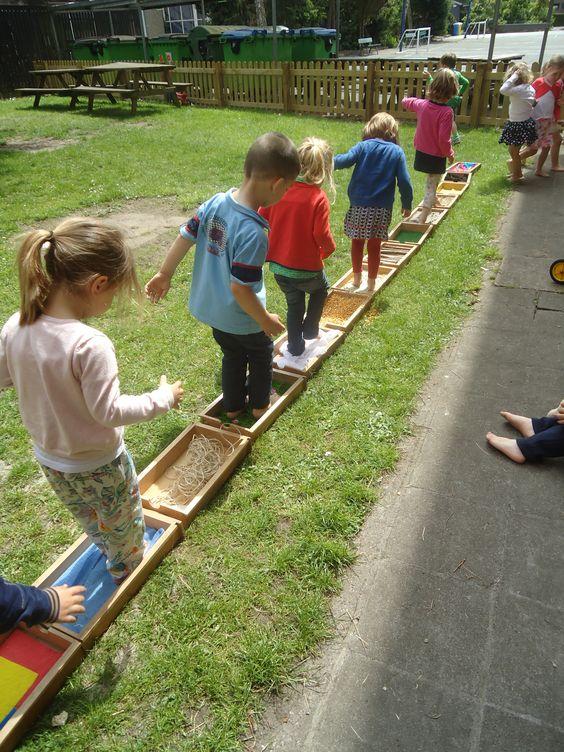 Maak samen met de kinderen een blotevoeten-voel-pad: