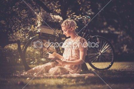 Retro mujer leyendo el libro en un prado — Foto de stock © nejron #30899867