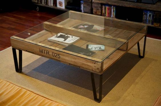 Une palette peut se transformer en originale table basse du style industrielle pour le séjour