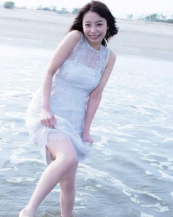 海ではしゃぐ宇垣美里