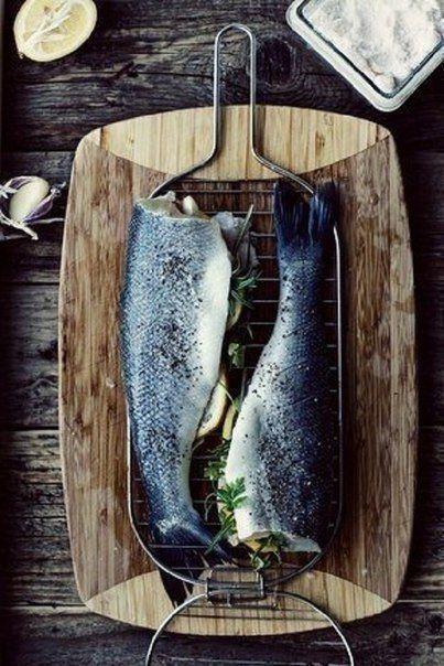 El pescado aporta gran cantidad de proteínas de elevada calidad biológica, superior a la de la carne roja e incluso puede ser mejor digerida que ésta no sólo por sus grasas poliinsaturadas, sino también por tener una menor cantidad de tejido fibroso lo que facilita su digestión.