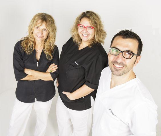 El Dr. Ochogavía y el equipo de enfermería de la Clínica Dental Dr. Ochogavía en Palma de Mallorca. (De izquierda a derecha: Assumpción Cerdà y Gemma Quetglas).