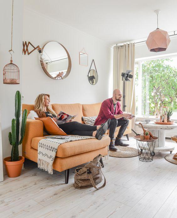 Elise (24, student interieuracademie en werkzaam in de mode) woont met Roald (28, monteur/lasser) in een jaren zeventig rijtjeswoning in Nijverdal. Ze hebben een woonoppervlakte van 120 vierkante meter en wonen er bijna twee jaar. Elise: 'De gele bank hebben…