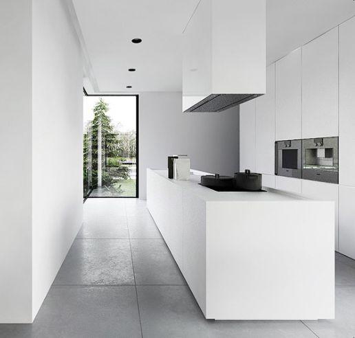 Cocina minimalista blanca abierta al jard n con m dulo for Cocinas minimalistas