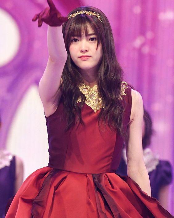 赤い服を着た松村沙友理
